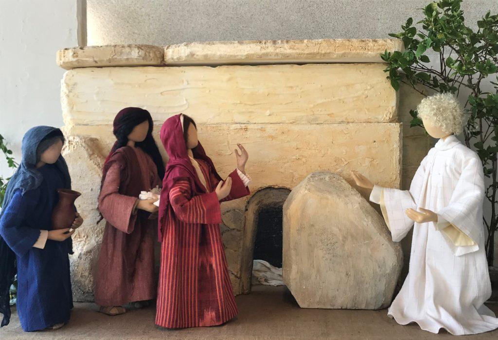 Ostern Auferstehung. Der Engel erscheint den Frauen vor dem leeren Grab. Christus ist auferstanden. Musik Halleluja von Händel.